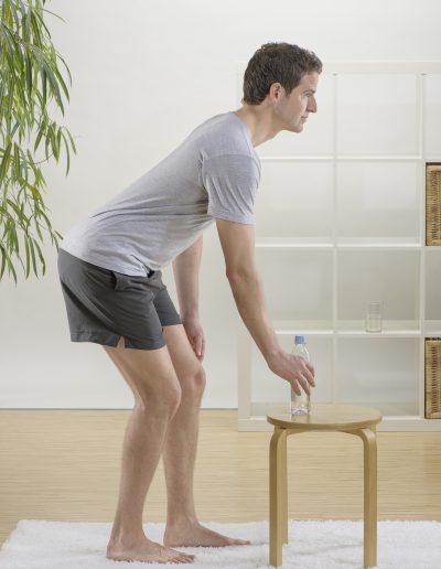 Bewegungsübung Bücken nach vorn und unten gehen